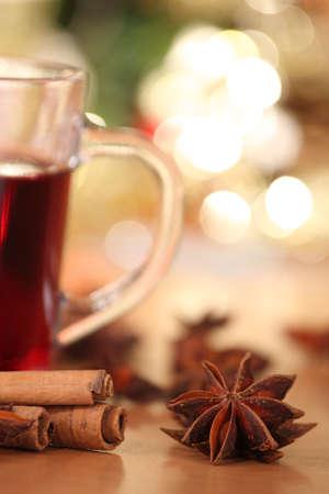 vin chaud: poin�onnage de vin chaud et anis �toil�