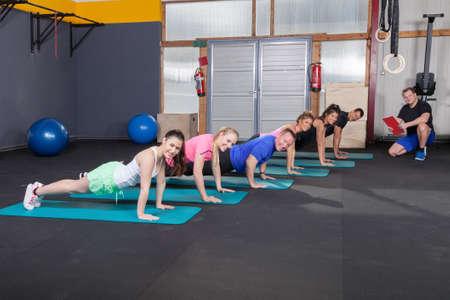 sport team: Sportteam doen push up oefeningen