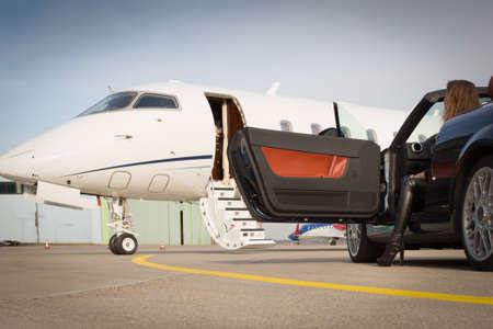 hombre millonario: coche Mujer convertible y jet privado corporativo