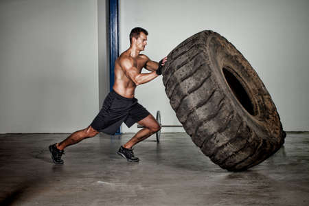 crossfit training - man wegknippen banden Stockfoto