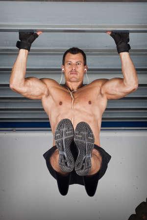pull up: tirare su il mento a praticare fitness CrossFit a una trave d'acciaio