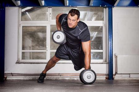 pull up: tirare su bilanciere allenamento fitness CrossFit uomo Archivio Fotografico