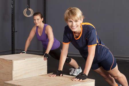 pus: pus up esercizio su una donna scatola di sport Archivio Fotografico