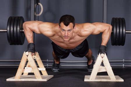 fitness hombres: empuje hacia arriba hombre haciendo entrenamiento f�sico