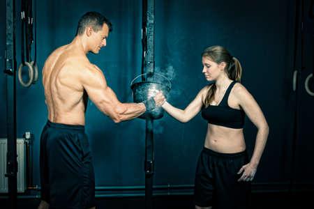mujeres fitness: Dale la mano - equipo de la aptitud Foto de archivo