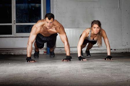 fitness hombres: ejercicio empuje hacia arriba crossfit