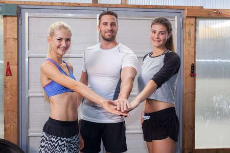 ensemble mains: Hands Together - �quipe de remise en forme dans un gymnase Banque d'images