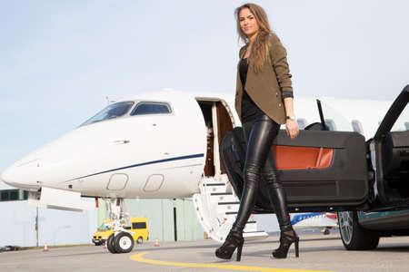 여자 컨버터블 자동차 및 기업 개인 제트기 스톡 콘텐츠 - 45288074