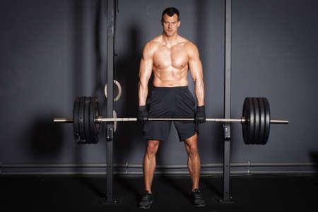 重量挙げフィットネス トレーニング男