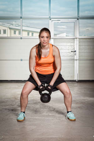 pull up: woman doing kettlebells pull up Archivio Fotografico