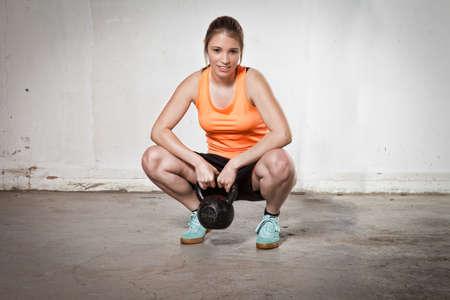 abdominal fitness: mujer con pesas rusas
