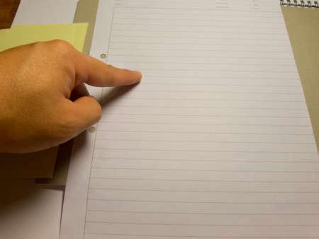 dopisní papír: Prst ukazující na prázdné dopisní papír Obrázek Reklamní fotografie