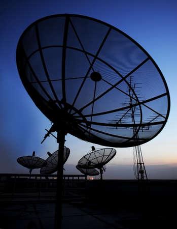 telecoms: disco di comunicazione via satellite su sfondo di sera