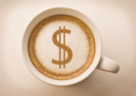 signo pesos: signo de d�lar en la taza de caf� de arte del latte
