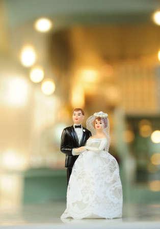 bridal dress: bambola in miniatura di nozze con sfocatura sfondo Archivio Fotografico