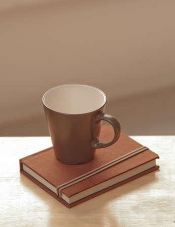 afternoon cafe: taza de caf� con el diario