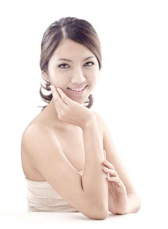 piel: mujer asi�tica belleza modelo de un disparo en el estudio sobre fondo blanco