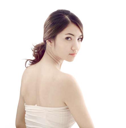 piel morena: mujer asi�tica belleza modelo de un disparo en el estudio sobre fondo blanco