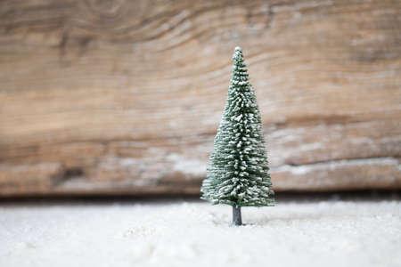 arbol: Tarjeta de Navidad - una miniatura del bosque del �rbol de Navidad en la nieve - invierno