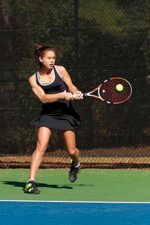 tenis: Mujer jugador de tenis golpea Escuela Rev�s Foto de archivo