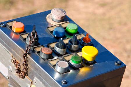 ボタンやスイッチを持つ工業用制御パネル