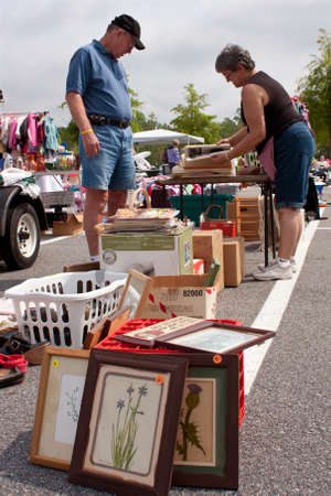 Lilburn, GA, USA - April 21:  An elderly man looks over merchandise on display at the Lilburn citywide garage sale, held in the city hall parking lot.  Redactioneel