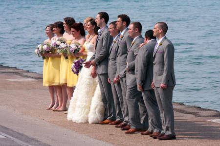 시카고, 일리노이 -5 월 26 일 : 호기심 드라이브 떨어져 미시간 호수 가장자리에 서있는 동안 미확인 된 결혼식 파티 가져옵니다 결혼식 사진 촬영에 대