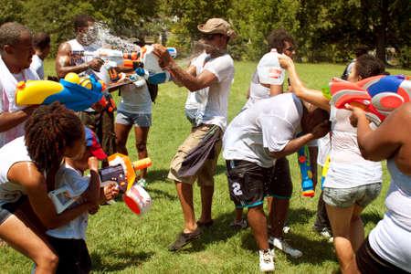 Atlanta, GA, EE.UU. - 28 de julio de 2012: Varias personas no identificadas participar en un grupo de combate pistola de agua llamado el Fight4Atlanta, una pelea pistola de diversión entre decenas de residentes locales en el Parque de la Libertad de Atlanta. El evento fue gratuito y abierto al público Foto de archivo - 15621456