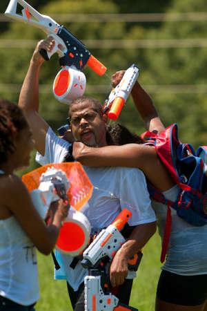 Atlanta, GA, EE.UU. - 28 de julio 2012: La gente no identificada participa en un tiroteo agua grupo llamado el Fight4Atlanta, un chorrito divertido tiroteo entre docenas de residentes locales en Freedom Park de Atlanta. El evento es gratuito y abierto al público. Foto de archivo - 15621446