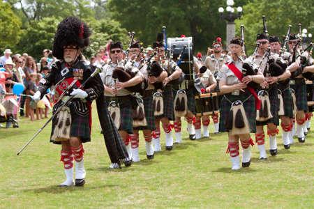 gaita: Atlanta, GA, EE.UU. - 25 de mayo de 2012: Un tambor mayor lleva un grupo de gaitas local en la apertura de la gran fiesta, un festival de primavera que celebra la Gran Bretaña y el Reino Unido, en los terrenos de la Universidad de Oglethorpe.
