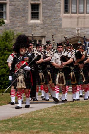 gaita: Atlanta, GA, EE.UU. - 25 de mayo de 2012: Una banda gaitas local juega para abrir el gran festival, un festival de primavera que celebra la Gran Breta�a y el Reino Unido, en los terrenos de la Universidad de Oglethorpe.