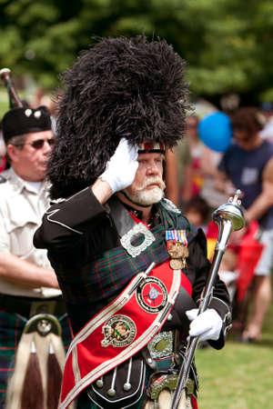 gaita: Atlanta, GA, EE.UU. - 25 de mayo de 2012: Un tambor mayor lleva una banda de gaitas local en la apertura de la gran fiesta, un festival de primavera que celebra la Gran Breta�a y el Reino Unido, en los terrenos de la Universidad de Oglethorpe.