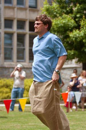 Atlanta, GA, USA - 25 mei 2012: een niet geïdentificeerde man concurreert in een zak race op de Grote Festival, een lentefeest vieren Groot-Brittannië en het Verenigd Koninkrijk. Redactioneel