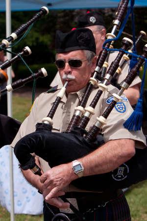 gaita: Atlanta, GA, EE.UU. - 25 de mayo de 2012: Un hombre unidentifed toca la gaita para abrir el gran festival, un festival de primavera que celebra la Gran Bretaña y el Reino Unido, en los terrenos de la Universidad de Oglethorpe.
