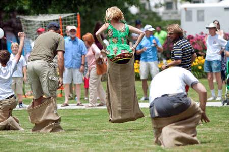 Atlanta, GA, Verenigde Staten - 25 mei 2012: Verschillende geïdentificeerde mensen concurreren in een zak race op de Grote Festival, een lentefeest vieren Groot-Brittannië en het Verenigd Koninkrijk.