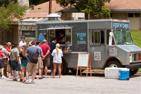 negocios comida: Atlanta, GA, EE.UU. - 25 de mayo de 2012: Los clientes hacen cola para comprar las comidas de un Fish and Chips cami�n de comida en la gran fiesta, un evento para celebrar la Gran Breta�a y el Reino Unido. Editorial