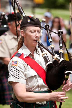 gaita: Atlanta, GA, EE.UU. - 25 de mayo de 2012: Una mujer no identificada toca la gaita en el gran festival, un festival de primavera que celebra la Gran Breta�a y el Reino Unido, en los terrenos de la Universidad de Oglethorpe.