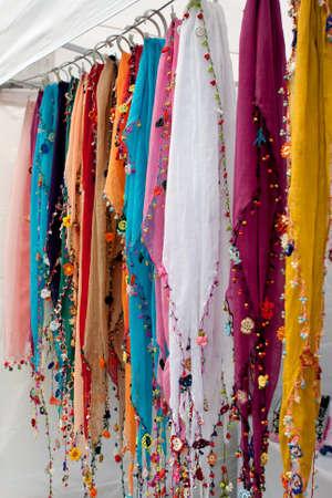 sciarpe: Sciarpe colorate Hang In Offerente Booth Al Festival