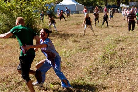 ドルトン、ジョージア州、アメリカ合衆国 - 2013 年 9 月 14 日: 看護師に身を包んだ流血女性ゾンビはボディス クラブ、5 K の生活イベントの実行中に