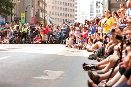 spectators: Atlanta, GA, EE.UU. - 31 de agosto de 2013: Una gran multitud de espectadores l�neas Peachtree Street en el centro de Atlanta a la espera de m�s del desfile de la estafa del drag�n para pasar.