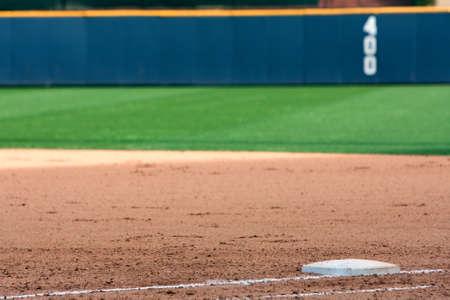 campo de beisbol: Campo de béisbol vacío resalta la primera base y el outfield pared Foto de archivo