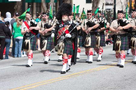 gaita: Atlanta, GA, EE.UU. - 15 de marzo 2014 Un gaitas cuerpo juega en el desfile anual Atlanta St Patrick s