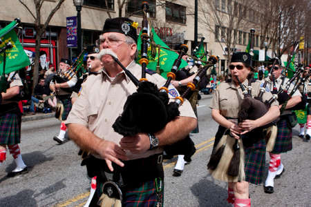 gaita: Atlanta, GA, EE.UU. - 15 de marzo 2014 Un cuerpo gaitas toca las gaitas mientras que marcha en el desfile del St Patrick s