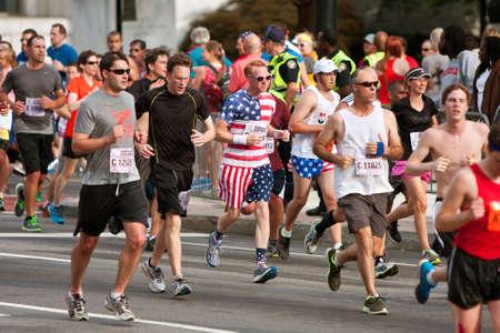 hombre rojo: Atlanta, GA, EE.UU. - 04 de julio 2014: Un corredor vestido con barras y estrellas de la cabeza a los pies, corre hacia la l�nea de meta de la Carrera Atlanta Peachtree Road en el D�a de la Independencia. Editorial