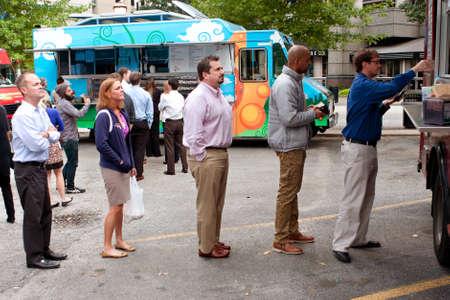 """fila de personas: Atlanta, GA, EE.UU. - 16 de octubre 2014: Los clientes esperan en la cola para pedir comida de un cami�n de comida popular durante su hora del almuerzo, en el """"Food Truck Jueves"""" en Atlanta. Editorial"""