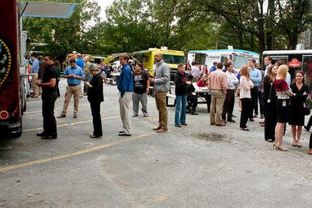 """Atlanta, GA, EE.UU. - 16 de agosto 2014: Los clientes hacer cola para pedir comidas de varios camiones de comida a la hora del almuerzo, en el """"Food Truck Jueves"""" en Atlanta. Foto de archivo - 34587692"""