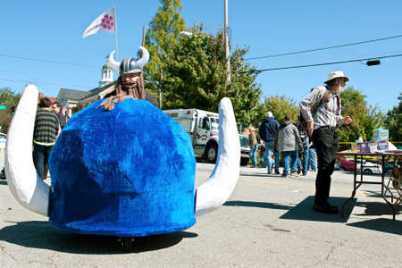 motorizado: Decatur, GA, EE.UU. - 04 de octubre 2014: Un casco de vikingo motorizados promoci�n de estudios de tecnolog�a de Berry College, vaga sobre los terrenos del fabricante anual Faire Atlanta.