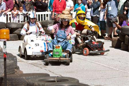 MOTORIZADO: Decatur, GA, EE.UU. - 04 de octubre 2014: Los jóvenes adultos de raza miniatura vehículos motorizados que se hacen a mano en la serie de carreras de potencia en el Hacedor anual Faire Atlanta.