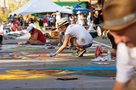Marietta, GA, 미국 - 2014 년 10 월 11 일 : 초 크 아티스트는 Marietta Chalkfest의 한 부분으로 도심 거리에 정교한 할로윈 장면을 그립니다.