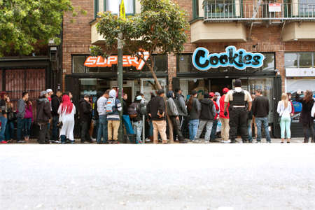 San Francisco, CA, USA - May 15, 2015:  A very long line of people waits to get into a new Cookies store in the Haight Ashbury section of San Francisco.  Cookies sells clothes and marijuana-related swag and accessories. Redactioneel